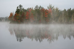 туманнейшее утро озера Стоковая Фотография