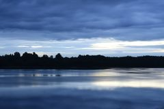 Туманное затишье над рекой в лете стоковое фото