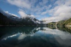 Туманное зеленое озеро Стоковые Изображения RF