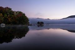 Туманное озеро и зеленые горы - остров с красочными деревьями - осень/падение - Вермонт Стоковые Фотографии RF