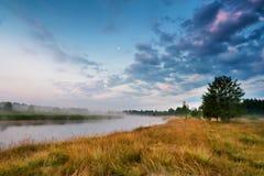 Туманное река в утре Восход солнца лета туманный туманное утро Стоковые Изображения