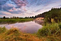 Туманное река в утре Восход солнца лета туманный туманное утро Стоковые Изображения RF