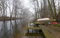 Туманное река с оборудованием рыболова Стоковая Фотография RF