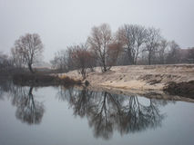 Туманное туманное утро осени над озером Стоковые Фото