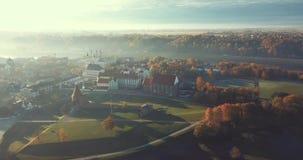 Туманное утро в городке Каунаса старом, Литва сток-видео