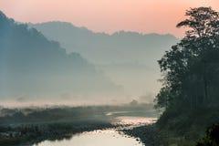 Туманное утро в индийском национальном парке Яркий точный восход солнца Красочный восход солнца outdoors Стоковое фото RF