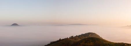 Туманное утро в центральных богемских гористых местностях, чехия стоковая фотография rf