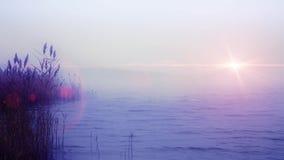 Туманное утро на унылом море с облачным небом и хмурым солнцем сток-видео
