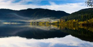Туманное утро на Lac de Longemer стоковые фото