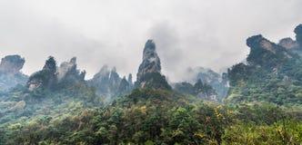 Туманное viwe горной цепи в Хунани, Китае Стоковая Фотография