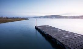 туманно над восходом солнца реки пристани стоковое фото rf