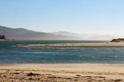 Туманные горы заливом с пляжем Стоковая Фотография