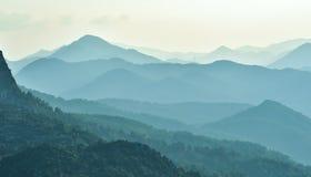 Туманные горы и последовательный стоковая фотография