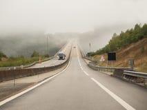 Туманные туманные управляя условия в Нормандии, Франции Стоковые Изображения