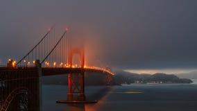 Туманный вечер на мосте золотого строба Стоковые Изображения RF