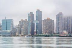 Туманный взгляд горизонта Манхэттена от парка штата площади портала, в городе длинного острова, ферзи, Нью-Йорк стоковое фото