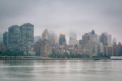 Туманный взгляд горизонта Манхэттена от парка штата площади портала, в городе длинного острова, ферзи, Нью-Йорк стоковое изображение