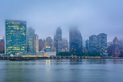 Туманный взгляд горизонта Манхэттена от парка штата площади портала, в городе длинного острова, ферзи, Нью-Йорк стоковая фотография
