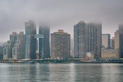 Туманный взгляд горизонта Манхэттена от парка штата площади портала, в городе длинного острова, ферзи, Нью-Йорк стоковые изображения rf
