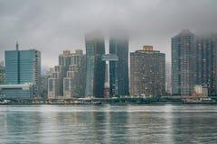 Туманный взгляд горизонта Манхэттена от парка штата площади портала, в городе длинного острова, ферзи, Нью-Йорк стоковые изображения