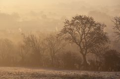 Туманный восход солнца на откалывать Campden, Cotswolds, Gloucestershire, Англию стоковые фото