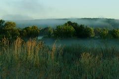 Туманный восход солнца утра над живописным ландшафтом Стоковые Изображения RF