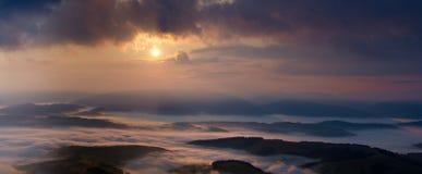 Туманный восход солнца в панораме прикарпатских гор Стоковая Фотография RF