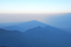 Туманный восход солнца над горами Стоковая Фотография