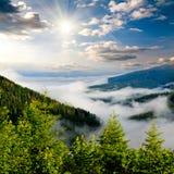 Туманный восход солнца на горах стоковые изображения rf