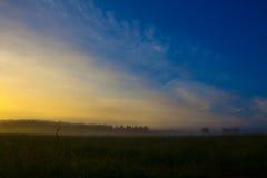 Туманный восход солнца на поле лета штилевое утро Стоковое фото RF