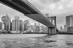Туманный горизонт Манхаттана - Манхаттана и Бруклинский мост, Манхаттан, Нью-Йорк, Соединенные Штаты стоковые фотографии rf