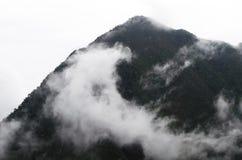 Туманный горный пик стоковое изображение rf