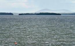 Туманный далеко берег озера Стоковое Изображение RF