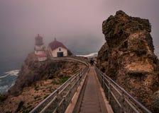 Туманный день на маяке Reyes пункта стоковые изображения rf