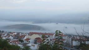 Туманный день в долине вне деревни стоковые изображения rf