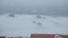 Туманный день в долине вне деревни Стоковая Фотография