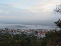 Туманный день в долине вне деревни стоковые фото