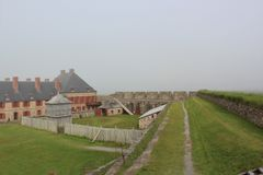 Туманный день на стенах исторической крепости Louisburg на острове бретонца накидки Стоковая Фотография RF