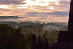 Туманный лес как подъем солнца, как осмотрено от Borobudur стоковые фотографии rf