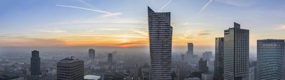 Туманный заход солнца над Варшавой стоковая фотография