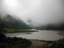 Туманный и загадочный гималайский городок озера Tal Стоковая Фотография RF