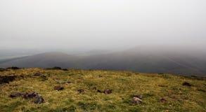 Туманный ландшафт гористой местности Стоковое фото RF