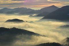 Туманный ландшафт рано утром Стоковое Изображение RF
