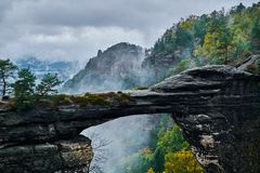 Туманный туманный ландшафт brana Pravcicka ворот Pravcicka самый большой естественный свод песчаника в Европе стоковые изображения rf