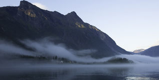 Туманный норвежский фьорд стоковое изображение rf