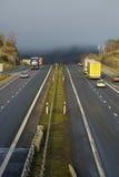 туманный перевозить на грузовиках пропуска горы стоковое изображение