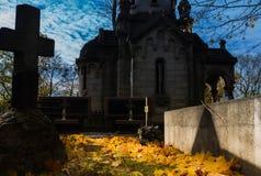 Туманный погост на ноче Старое пугающее кладбище в лунном свете через деревья Стоковая Фотография