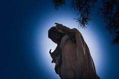 Туманный погост на ноче Старое пугающее кладбище в лунном свете через деревья Стоковое Изображение RF