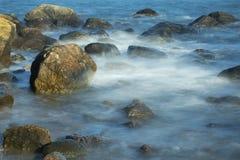 Туманный прибой среди валунов, пляж Hammonasset, Madison, Connectic стоковые фотографии rf
