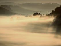 Туманный просыпаться красивой fairy долины Пики тумана отделки утесов сметанообразного Стоковые Изображения RF